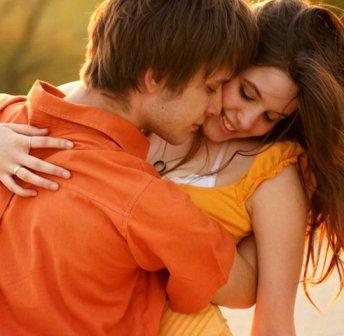 Девочка трогает и целует член парня